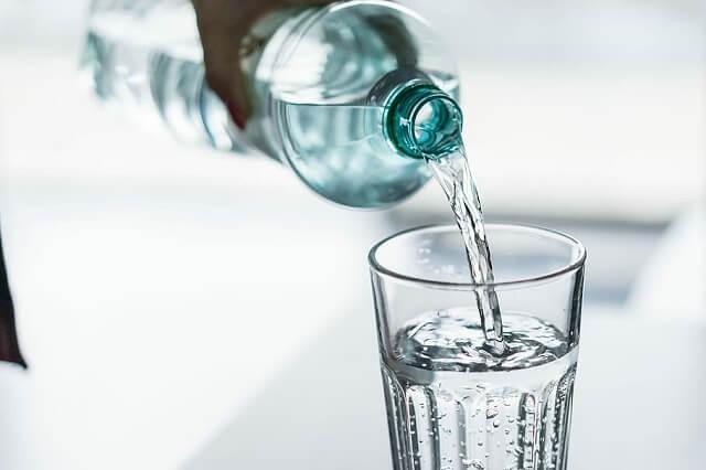 Uống 2 lít nước mỗi ngày có tác dụng gì?